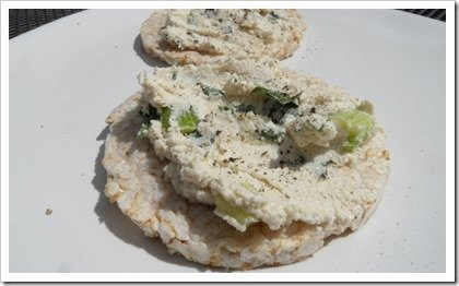 vegan-cashew-nut-cheese-on-rice-cakes