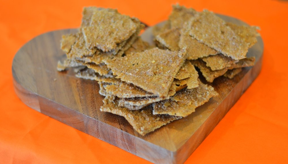 Raw cashew and chilli crackers