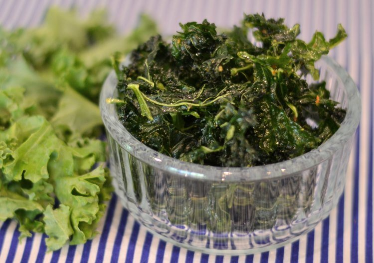 Dehydrated kale chips with chilli