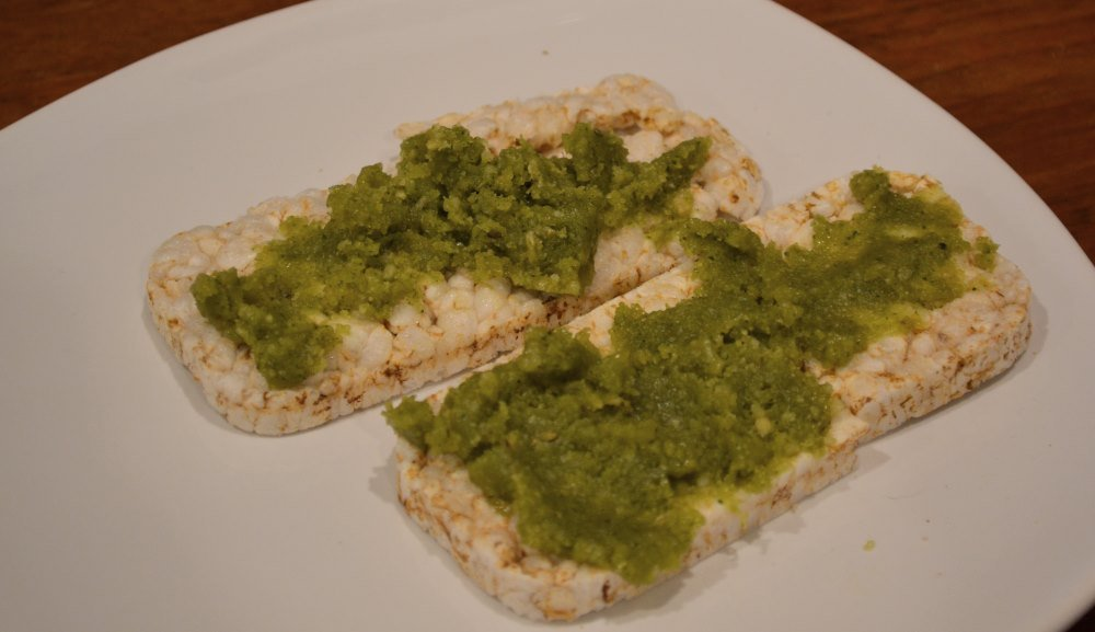 Nosh Detox Green pesto with organic brown rice cake